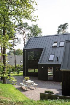 Natuurlijke materialen. Een gevelbekleding van donker, verduurzaamd vurenhout Shed, Outdoor Structures, Barns, Sheds