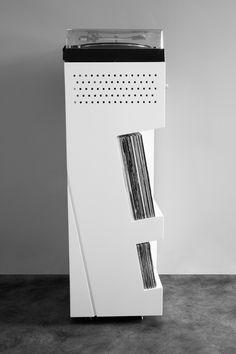 Afin de valoriser une platine vinyle qui fait son grand retour dans les salons, nous avons imaginé une forme verticale sur-mesure, épurée et contemporaine.