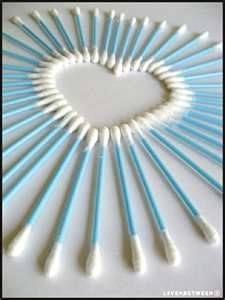 """Q-Tips auf einer Leinwand wie im Bild anordnen, mit Farbe übersprühen und Ergebnis """"exploding heart"""" bewundern."""