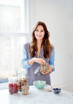 See how easy and simple it is to make Deliciously Ella's vanilla and coconut overnight oats. Her simple overnight oats take only 5 minutes to prepare. Strawberry Overnight Oats, Banana Overnight Oats, Banana Oats, Overnight Breakfast, Blueberry Yogurt Muffins, Banana Oat Pancakes, Blue Berry Muffins, Deliciously Ella Recipes, Porridge Recipes