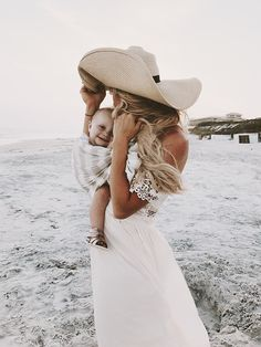 baby and mama love , baby wearing for the early days of your child's life Baby Momma, Mom And Baby, Mommy And Me, Baby Love, Baby Beach Photos, Baby Pictures, Mother And Child, Baby Accessories, Mom Style