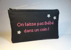 """trousse pochette plate noire texte brodé """"On laisse pas Bébé dans un coin"""" : Trousses par mademoiselle-rose"""