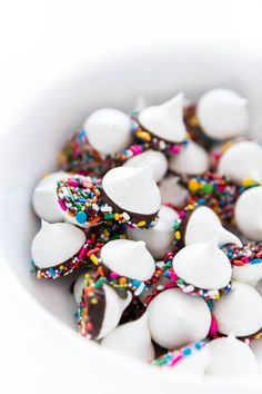 Light crunch meringue dipped in chocolate and colorful sprinkles! A fun dessert that can be left out at parties and made ahead of time. Meringue Kisses, Meringue Cookies, Meringue Desserts, Mini Patisserie, Healthy Chocolate Zucchini Bread, Mini Meringues, Bon Dessert, Fudge, Cookie Recipes