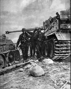 Grenadiers passing between a Tiger and a burning seems that the Grenadiers carrying a heavy wounded or fallen comrade out of the battle-line. This picture tells the real story. A Tiger tank versus Must have not been fun for the Russian tankers. German Soldiers Ww2, German Army, Ww2 History, Military History, Luftwaffe, Germany Ww2, Tiger Tank, Ww2 Photos, Ww2 Tanks