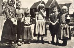Marken kinderen in klederdracht 1950