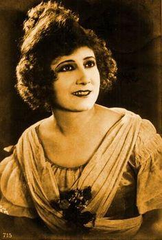 Polaire (1874-1939), chanteuse et actrice française, (connue aussi sous Pauline Polaire, Mlle Polaire, Madame polaire) elle se rendit célèbre pour quatre raisons : elle avait un tour de taille de 33 centimètres, elle forma un ménage à trois avec Colette et Willy, elle fut croquée par Toulouse Lautrec et fut l'interprète de l'adaptation française de Tara Boum di hé !