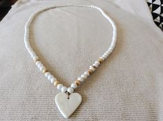 Collier sautoir perles en bois naturel et blanches avec pendentif coeur en céramique impression dentelle : Collier par les-envoutantes