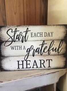 Start each day with a grateful heart pallet wood sign – DIY Holz – Wood Craft Wood Pallet Signs, Diy Wood Signs, Pallet Art, Rustic Signs, Quotes For Wood Signs, Stencils For Wood Signs, Painting Signs On Wood, Wall Signs, Letterboard Signs