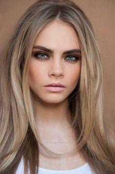 dunkelblonde Haare ein schönes glattes Haar, Mädchen mit blauen Augen und dezentes Make up