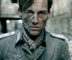 Volker Bruch als Wilhelm Winter in Unsere Mütter, unsere Väter.