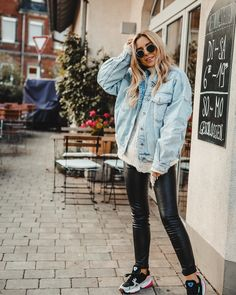 Working part-time = hardly working? - Want Get Repeat : Oversized denim jacket outfit fall winter 2018 fashion inspo women casual petite look Denim Jacket Outfit Winter, Oversized Denim Jacket Outfit, Cropped Denim Jacket, Denim Outfit, Denim Shorts, Winter 2018 Fashion, Fall Fashion, Fashion Top, Womens Fashion