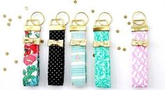 Faça um lindo e diferente chaveiro de tecido simples de fazer para deixar o seu dia mais charmoso ou para presentear de forma delicada.