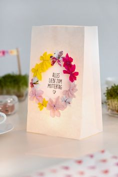 DIY gifts for Mother's Day: three ideas to make yourself - DIY Geschenke 2019 Birthday Rewards, Birthday Presents, Diy Gifts For Mothers, Mother Day Gifts, Corona Floral, Holiday Break, Light Crafts, Inexpensive Gift, Business Gifts