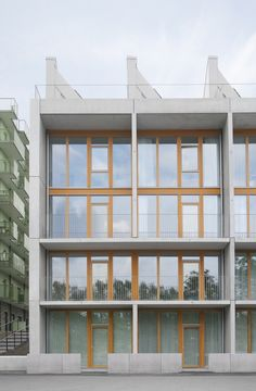 Completed in 2016 in Stockholm, Sweden. Images by Note Design Studio , Joliark / Torjus Dahl. Located in green surroundings, right next to the beautiful Husarviken river, this new residential building offers sustainable and attractive housing. Facade Architecture, School Architecture, Note Design Studio, Beton Design, Residential Complex, Street House, Modern Buildings, Stockholm Sweden, Gallery