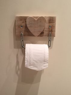 Toilettenpapierhalter Palettenholz Up cycled Reclaimed – … - Toilettenideen Toilet Roll Holder Diy, Rustic Toilet Paper Holders, Bathroom Toilet Paper Holders, Wood Home Decor, Diy Home Decor, Wood Pallets, Pallet Wood, Small Bathroom Storage, Rustic Crafts