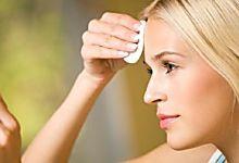Nettoyer son visage n'est pas seulement un des premiers gestes de beauté. C'est aussi un geste d'hygiène. Le matin, il faut nettoyer son visage pour éliminer le sébum et les cel...