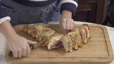 Receita com instruções em vídeo: Pão Hasselback fácil e delicioso para você fazer de entrada em um jantar com os amigos! Ingredientes: 2 pães baguetes, 150g de queijo muçarela fatiado, 150g de salame italiano, 50g de queijo parmesão ralado, 1 colher de chá de orégano