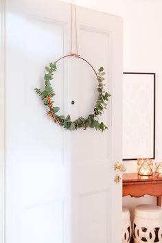 Lasset uns heute mal das Traditionelle überspringen und für modernen aber trotzdem weihnachtlichen Schick sorgen! Schlicht, stilvoll und ganz einfach zu gestalten: Das ist unser DIY Eukalyptus Kranz. Wie er geht, verraten wir Euch in unserem Magazin! // Weihnachten Weihnachtsdekoration Advent Adventszeit Ideen DIY Selbermachen Eukalyptus Kranz #WeihnachtsDekoration #Ideen #Advent #Dekoration #Weihnachten #DIY #Selbermachen #Kranz