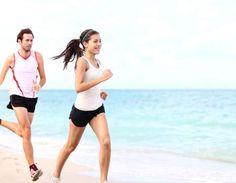 Por causa da areia, a corrida na praia tem maior risco de lesões. Especialistas orientam os cuidados para uma corrida na praia mais segura.