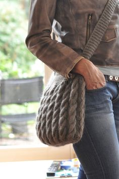 Knitted bags: 20 ideas - Do it yourself- Borse fatte a maglia: 20 idee – Fai da solo Knitted bags: 20 ideas – Do it yourself - Knitting Projects, Crochet Projects, Laine Drops, Knitting Patterns, Crochet Patterns, Learn How To Knit, Crochet Purses, Crochet Bags, Knitted Bags