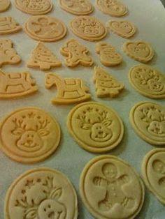 Süss, alkoss...!: Nyomdázható mézes kekszek Christmas Sweets, Christmas Cookies, Candy Recipes, Cookie Recipes, Hungarian Recipes, Cake Cookies, Food And Drink, Yummy Food, Snacks