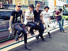 A cool group of Japanese punk rockers hanging out along Meiji Dori in Harajuku. I asked them if they were in a band and they sort of nodded. Japanese Street Fashion, Tokyo Fashion, Harajuku Fashion, Punk Fashion, Fast Fashion, Japan Street, Tokyo Street Style, Punk Guys, Japanese Punk