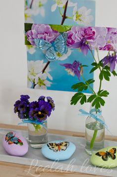 Frühlingsdeko in Pastellfarben mit Akelei und Schmetterlingen