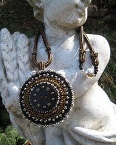 Halskette mit rundem Anhänger Perlenstickerei Bronze von BeadFizz