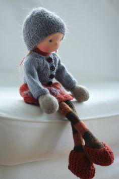 Poupée de fabrication artisanale selon la pédagogie Waldorf. La poupée Greta est de 14 po (36 cm) de long. Sa tête est sculptée dans le style traditionnel de Waldorf ; la tête est faite de 100 % coton jersey de Netherlands.Her yeux et la bouche sont brodés à la main. Greta est une nouveau style 14 tricot poupée avec un corps minuscule et de longues jambes. Greta a une belle robe avec des motifs scandinaves, pull, chaussures et chapeau. Le corps de la poupée est inspiré par Arne et livre de…