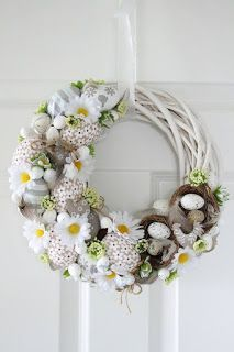 Egg and Daisy Spring wreath Easter Wreaths, Christmas Wreaths, Diy Osterschmuck, Diy Ostern, Diy Easter Decorations, Summer Wreath, Diy Wreath, Spring Crafts, Easter Crafts