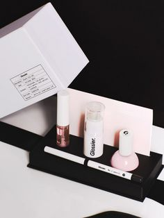 Find the best and most chic bridal shower gifts here like the Glossier Black Tie Set. Cosmetic Packaging, Beauty Packaging, Packaging Design, Glossier Packaging, Perfume Packaging, Cookie Packaging, Luxury Packaging, Brand Packaging, Box Packaging