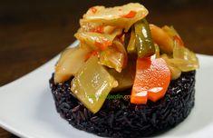 Ici le riz noir est cuisiné au rice cooker, environ 20 mn dans l'eau. Sa texture est plus amidonné qu'en cuisson vapeur, ce qui permet ce montage au cercle pour une présentation gastronomique. Le kim chi est un met traditionnel coréen, de légumes au vinaigre pimenté, ici déjà cuisinés (asianmarket.com). Un plat délicieux peu coûteux. Montage, Texture, Glutinous Rice, Vinegar, Korean Traditional, Exotic Food, Surface Finish, Pattern