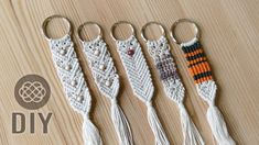 This is a good way how to create dollar tree keychains, using only cotton cord that are laying around the house! It's easy and useful crafts to sell. Macrame Colar, Macrame Art, Macrame Projects, Macrame Knots, Micro Macrame, Macrame Jewelry Tutorial, Bracelet Tutorial, Diy Keychain, Diy Yarn Keychains