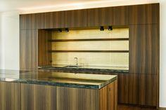 Küche mit Granit-Abdeckung, Fronten in Eiche geräuchert, Rückwand in Blattgold