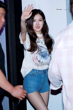 Your source of news on YG's biggest girl group, BLACKPINK! Please do not edit or remove the logo of. Blackpink Fashion, Queen Fashion, Daily Fashion, Korean Fashion, K Pop, Kpop Outfits, Cute Outfits, Mileena, 1 Rose