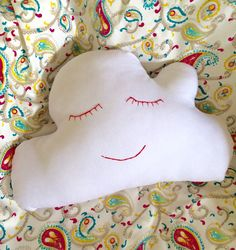 Almofada nuvenzinha  Artes da Lorena /quarto bebê