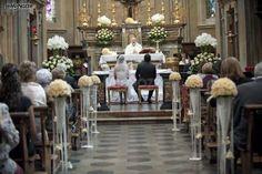 http://www.lemienozze.it/gallerie/foto-fiori-e-allestimenti-matrimonio/img4681.html Allestimento chic della chiesa con fiori per il matrimonio bianchi