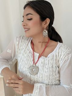 Keep it simple by pairing your oxidised jewellery with a white kurti ❤️ Silver Pendant Necklace, Necklace Set, Beatnik, Oxidised Jewellery, Handmade Jewelry Designs, Rustic Charm, Beautiful Roses, Earring Set, Crochet Earrings