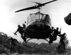 Een transport helikopter uit de koude oorlog in Vietnam
