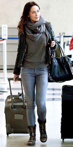 Inspirada pelas lindas produções da Sophia e pelo meu retorno à São Paulo, resolvi postar o meu look no aeroporto aguardando o meu voo. Desculpe se a minha pose não está muito boa e vocês não conseguem ver tantos detalhes, mas eu estou tão cansada… Hihihi! Agora sério, meninas, alguns looks de celebridades em aeroportos …