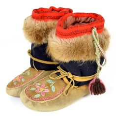 Athabaskan or No.Cree Indian Mocs on LiveAuctioneers Native American Totem, Native American Photos, Native American Beading, Native American Fashion, Native American History, American Indians, Indian Beadwork, I See Red, Beaded Moccasins