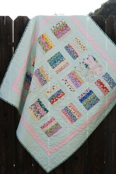 Sweet baby quilt @ nanaCompany - Hanging on a Line - free PDF for bear & bunny appliques here: http://nanacompany.typepad.com/hanging-on-a-line-pattern.pdf