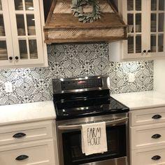 Black And White Backsplash, Backsplash Cheap, White Kitchen Backsplash, Kitchen Stove, Kitchen Tiles, Kitchen Flooring, New Kitchen, Kitchen Decor, Decorative Tile Backsplash