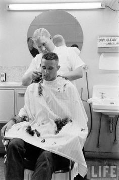 Barber Shop Action In Black and White Retro Haircut, Flat Top Haircut, Vintage Mens Haircuts, Haircuts For Men, Military Haircuts, Shaved Hair Cuts, Short Hair Cuts, Marines Boot Camp, Leather Butterfly Chair