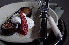 Supreenda os convidados com essa incrível berinjela assada com pimenta...O molho de iogurte grego dá o contraste delicioso e refrescante.