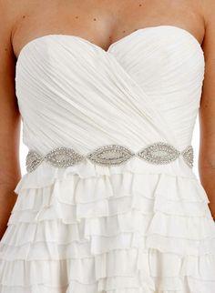 """Se tem uma coisa que eu amo em se tratando de vestido de noiva, é a cintura marcada. Super feminino, o cinto ou faixa valorizam a silhueta da mulher, e também dá um """"up"""" na produção da noiva. E por conta disso, os cintos de tecido bordados em pedrarias têm feito a cabeça das noivinhas [...]"""