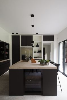 Contemporary style kitchen designs are among the methods to go. You do not require a complicated kitchen so it will be stick out, just some unique designs that can make your kitchen area the envy of the neighbors. Home Decor Kitchen, New Kitchen, Kitchen Ideas, Minimal Kitchen, Kitchen Grey, Kitchen Wood, Decorating Kitchen, Kitchen Hacks, Small Kitchen Organization