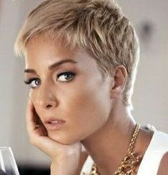 11 beautiful hairstyle ideas for a natural look. 11 beautiful hairstyle ideas for a natural look! Pixie Haircut For Thick Hair, Haircut For Older Women, Short Pixie Haircuts, Short Hair Cuts For Women, Blonde Pixie Haircut, Curly Hair Styles, Natural Hair Styles, Super Short Hair, Fine Hair