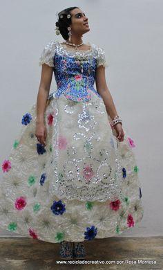 Este vestido de fallera está hecho con 180 botellas de plástico y 30 cápsulas de café (FOTOS)