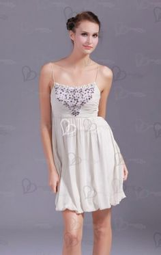 Une robe de soirée courte aux fines bretelles, le buste avec le plissage délicat brodée des paillettes et près du corps qui arbore la belle silhouette feminine. La jupe ample en mousseline de soie arbore les belles jambes. élégante et sexy.